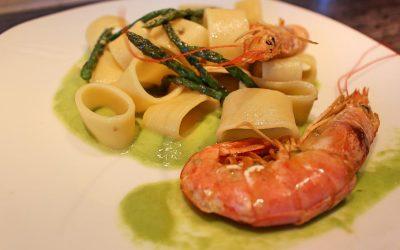 Creamy asparagus and prawns pasta